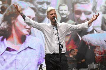 """Tomasz Organek podczas koncertu """"Ocali nas miłość"""" w Parku Wolności przy Muzeum Powstania Warszawskiego"""