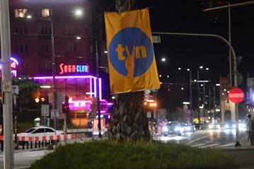 Transparent zawieszony na palmie na rondzie de Gaulle'a w Warszawie