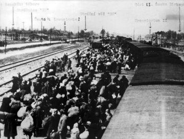 Transport więźniów przywiezionych do obozu koncentracyjnego Auschwitz-Birkenau.