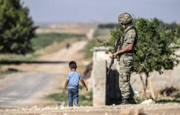 Turecki żołnierz przy granicy z Syrią