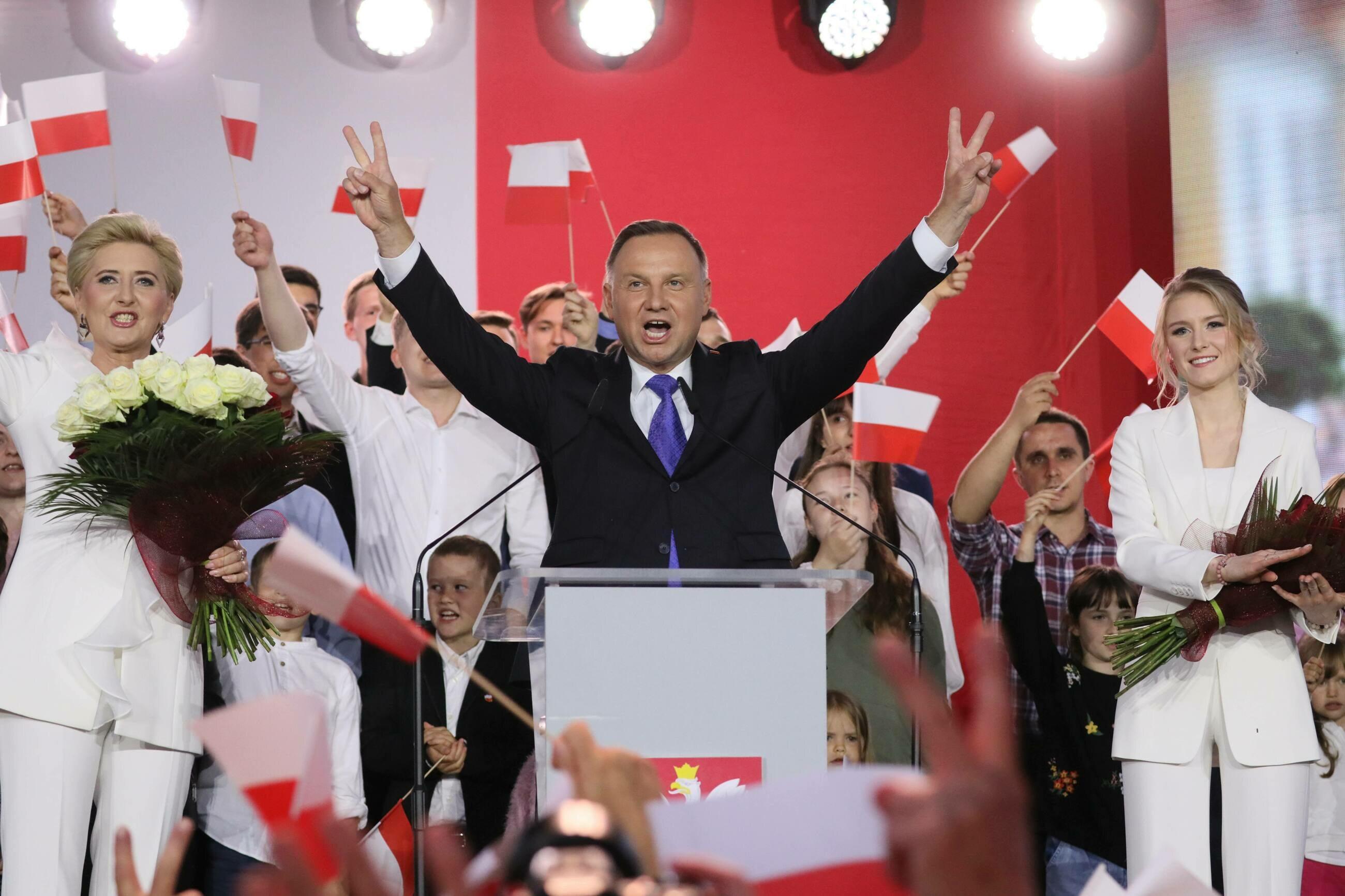 Ubiegający się o reelekcję prezydent Andrzej Duda (C) wraz z małżonką Agatą Kornhauser-Dudą (L) i córką Kingą (P) podczas wieczoru wyborczego w Pułtusku,