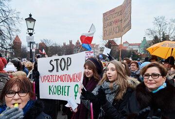"""Uczestnicy Manify Trójmiasto w Gdańsku, 8 bm. W Dzień Kobiet, kobiety demonstrują swoją siłę i solidarność pod hasłem """"Pod jedną parasolką"""""""