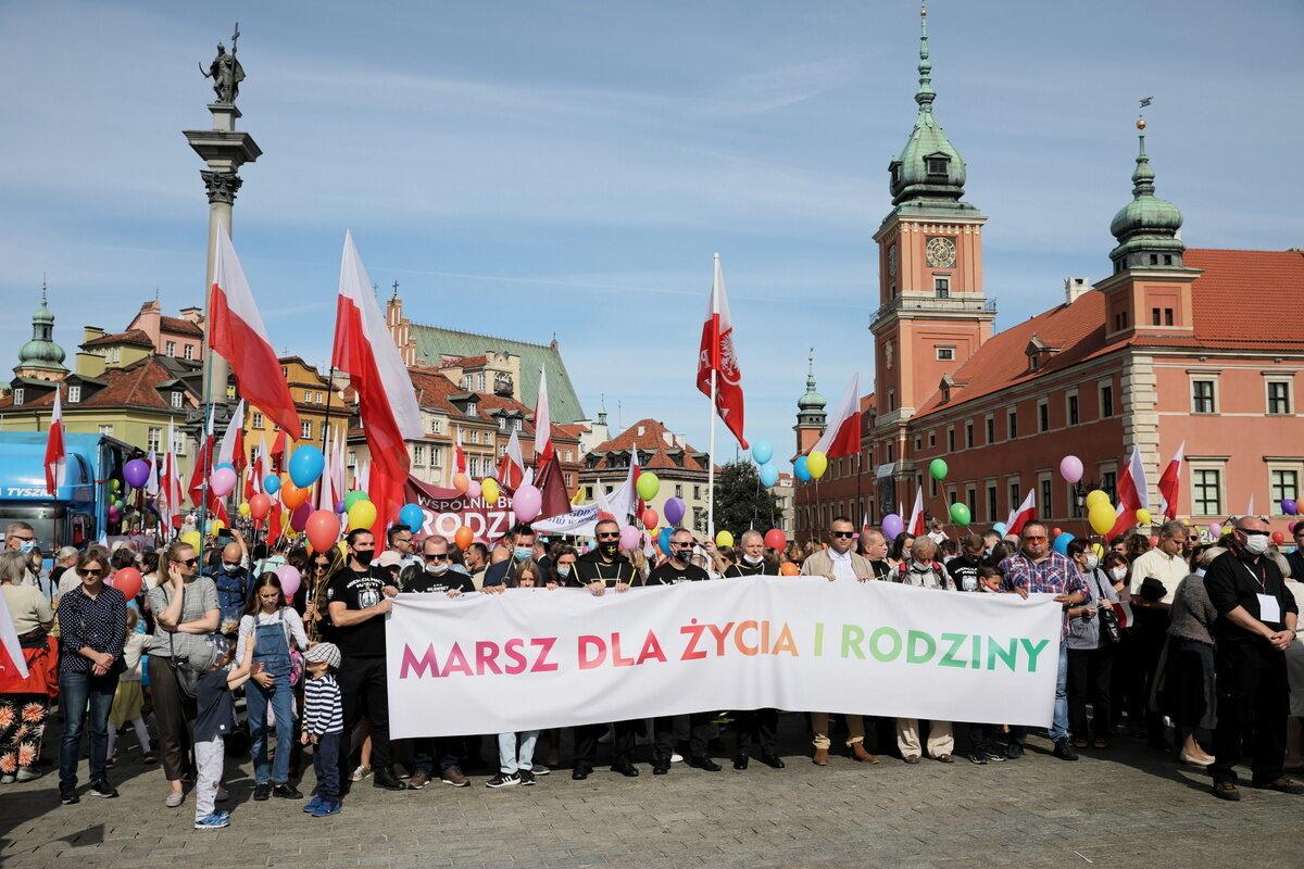 """Uczestnicy Marszu dla Życia i Rodziny pod hasłem """"Wspólnie brońmy rodziny"""""""