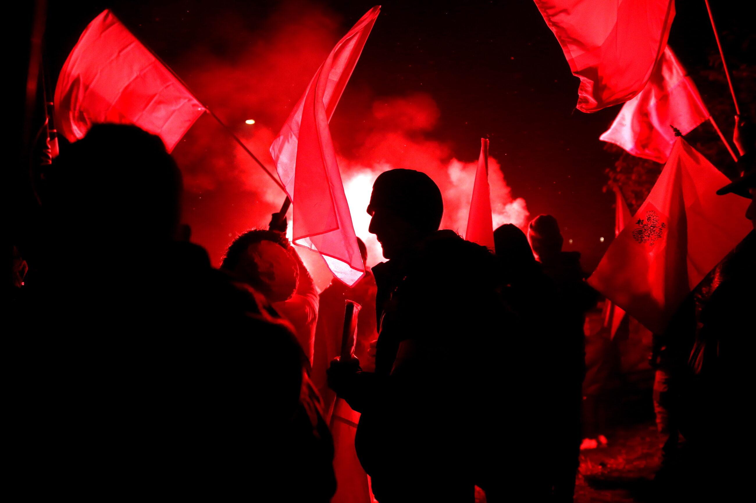 Uczestnicy Marszu Niepodległości 2016 na błoniach Stadionu Narodowego w Warszawie