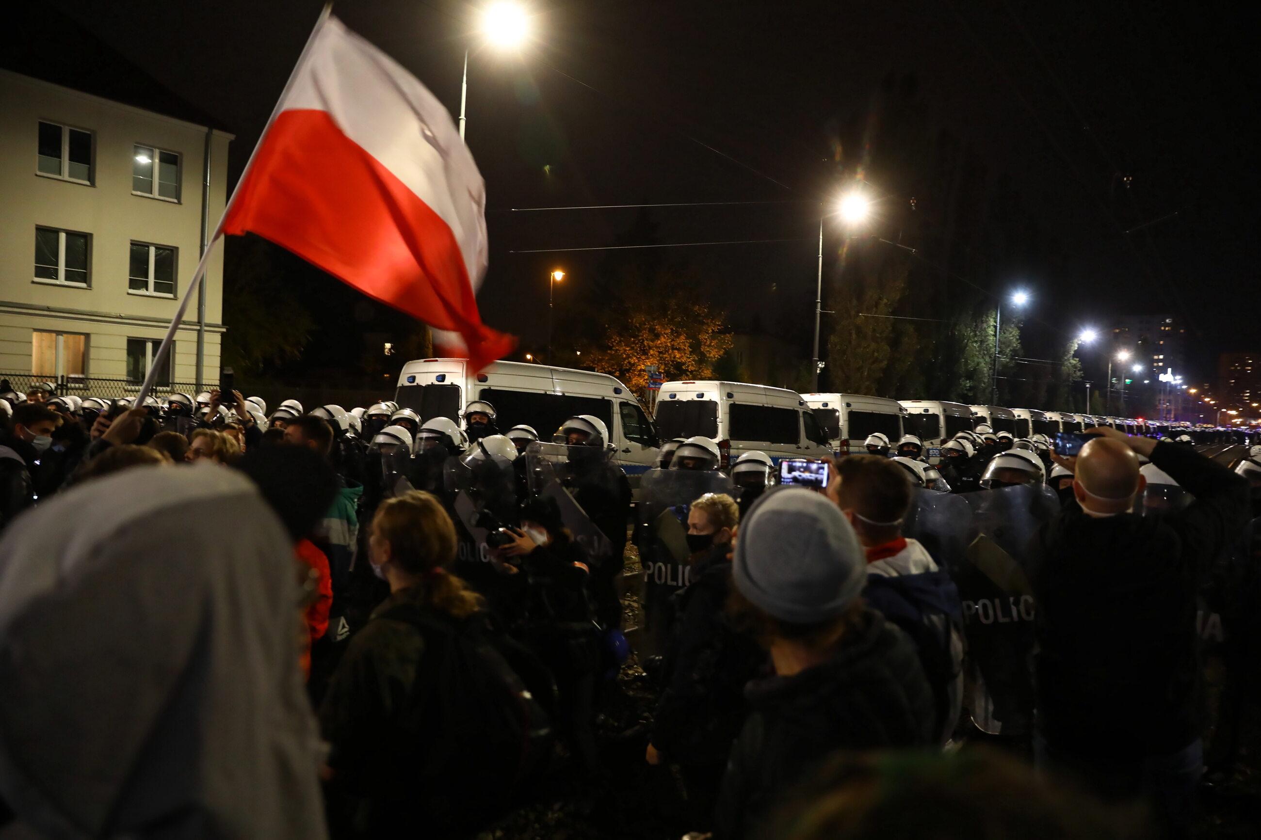Uczestnicy protestu pod domem prezesa PiS Jarosława Kaczyńskiego na warszawskim Żoliborzu.