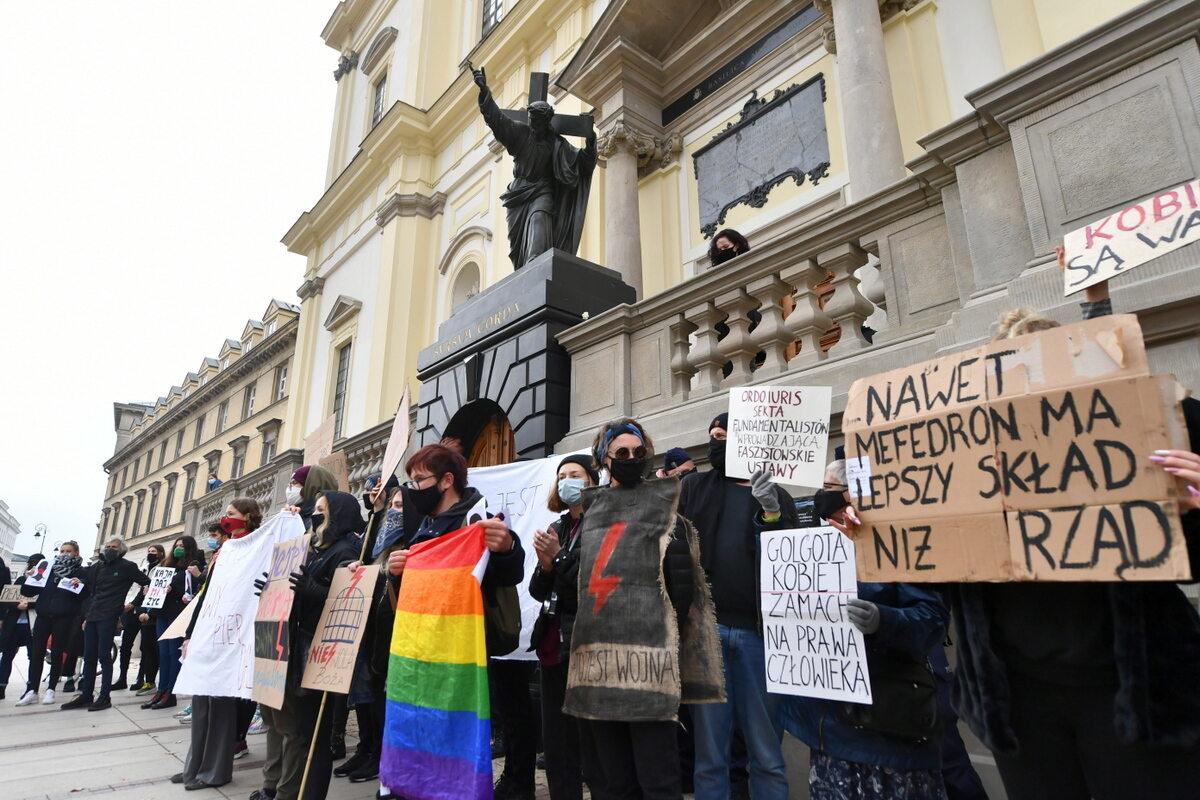 Uczestnicy protestu przeciwko zaostrzeniu prawa aborcyjnego przed kościołem Świętego Krzyża w Warszawie