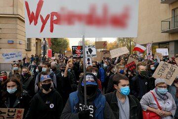 Uczestnicy protestu w okolicy Sejmu w Warszawie