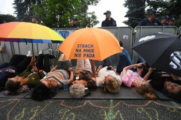 Uczestnicy protestu wobec reformy sądownictwa przed Sejmem