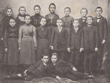 Uczestnicy strajku dzieci wrzesińskich, u góry pośrodku Bronisława Śmidowicz.