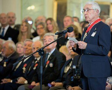 Uroczystość odznaczenia Orderami Odrodzenia Polski kombatantów i weteranów lotnictwa. Przemawia Franciszek Kornicki, sierpień 2012 r.