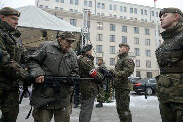 """Uroczystość przekazania żołnierzom Wojsk Obrony Terytorialnej pierwszej partii karabinków MSBS """"GROT"""""""