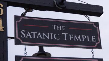 """USA. Tablica przy siedzibie """"Świątyni Szatańskiej'. Zdj. ilustracyjne"""