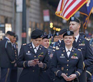 W 2016 r. osoby ze środowiska LGBTQ z amerykańskiej armii wzięły udział w najstarszej i największej w USA paradzie z okazji Dnia Świętego Patryka w Nowym Jorku