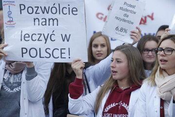 W październiku odbył się protest głodowy rezydentów  w warszawskim Dziecięcym Szpitalu Klinicznym, a następnie w kilku innych placówkach w Polsce.  W całej kraju odbyło się kilkadziesiąt manifestacji solidarności z protestującymi lekarzami.