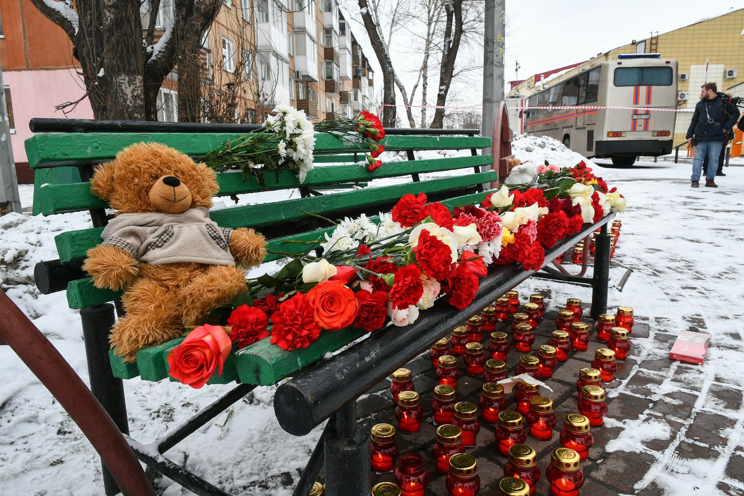 W pobliżu miejsca tragedii Rosjanie przynoszą kwiaty i znicze