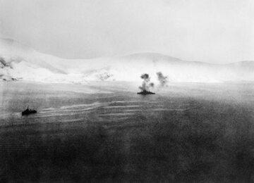 Walka morska w czasie bitwy o Narwik. HMS Warspite atakuje niemiecki okręt.