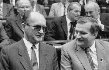 Warszawa, 1989 r. Wojciech Jaruzelski i Lech Wałęsa w Sejmie