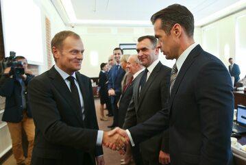 Warszawa, 22.10.2013. Ówczesny premier Donald Tusk (L) i ówczesny minister transportu, budownictwa i gospodarki wodnej Sławomir Nowak.