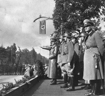 Warszawa, 5.10.1939 r. Do zdobytej Warszawy przyjechał Adolf Hitler Nz. Hitler w otoczeniu sztabowców przyjmuje defiladę wojsk niemieckich w Al. Ujazdowskich.