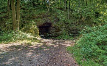 Wejście do sztolni w masywie góry Sobiesz.