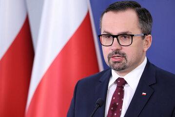 Wiceminister infrastruktury Marcin Horała podczas konferencji prasowej