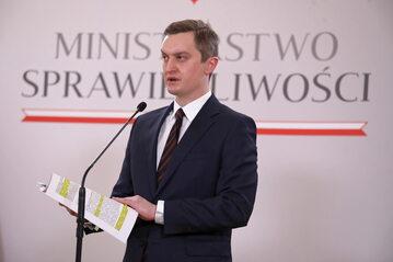 Wiceminister sprawiedliwości Sebastian Kaleta podczas konferencji prasowej w siedzibie resortu w Warszawie