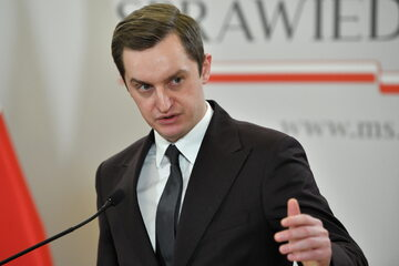 Wiceminister sprawiedliwości Sebastian Kaleta podczas konferencji prasowej w siedzibie resortu