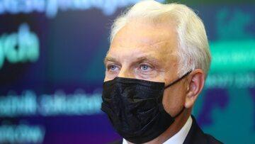 Wiceminister zdrowia Waldemar Kraska podczas konferencji prasowej