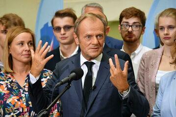 Wiceprzewodniczący p.o. przewodniczącego PO Donald Tusk podczas konferencji prasowej