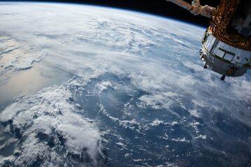 widok na ziemię ze stacji kosmicznej, zdjęcie ilustracyjne
