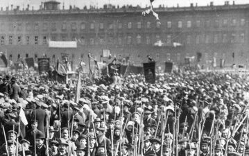 Wiec bolszewików przed Pałacem Zimowym w Piotrogrodzie