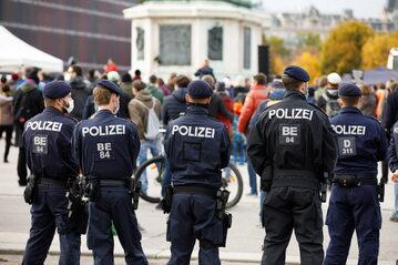 Wiedeń. Policja pilnuje porządku podczas protestu przeciwników obostrzeń.