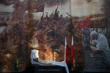 Wielka Sobota. Grób Pański w kościele Świętego Krzyża w Warszawie,