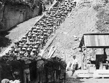 Więźniowie na tzw. schodach śmierci w niemieckim obozie Mauthausen-Gusen