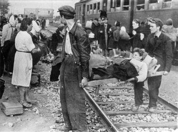 Więźniowie obozu przejściowego w Pruszkowie.