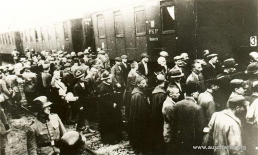 Więźniowie z pierwszego transportu Polaków do KL Auschwitz na dworcu kolejowym w Tarnowie