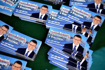Wizytówki wiceministra sprawiedliwości, posła Solidarnej Polski, kandydata na prezydenta miasta Marcina Warchoła w Rzeszowie