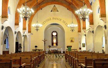 Wnętrze kościoła parafialnego pw. Miłosierdzia Bożego i św. Faustyny na Muranowie.
