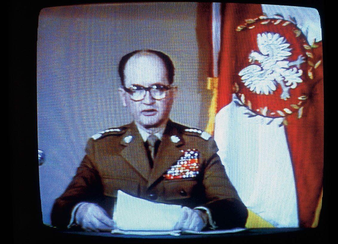 Wojciech Jaruzelski wprowadza stan wojenny