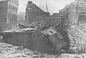 """Wrak """"czołgu pułapki"""" po wybuchu"""