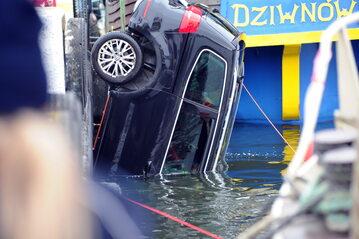 Wyciąganie samochodu osobowego, który wpadł do Zalewu Kamieńskiego w Dziwnowie