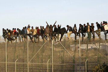 Wysoki płot na granicy w hiszpańskiej Melilli
