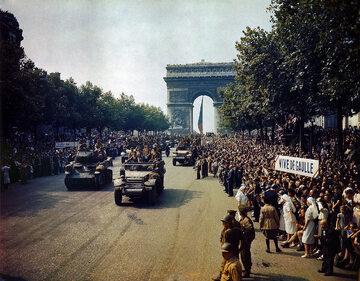 Wyzwolenie Paryża, oddziały francuskiej 2 Dywizji Pancernej pod Łukiem Triumfalnym
