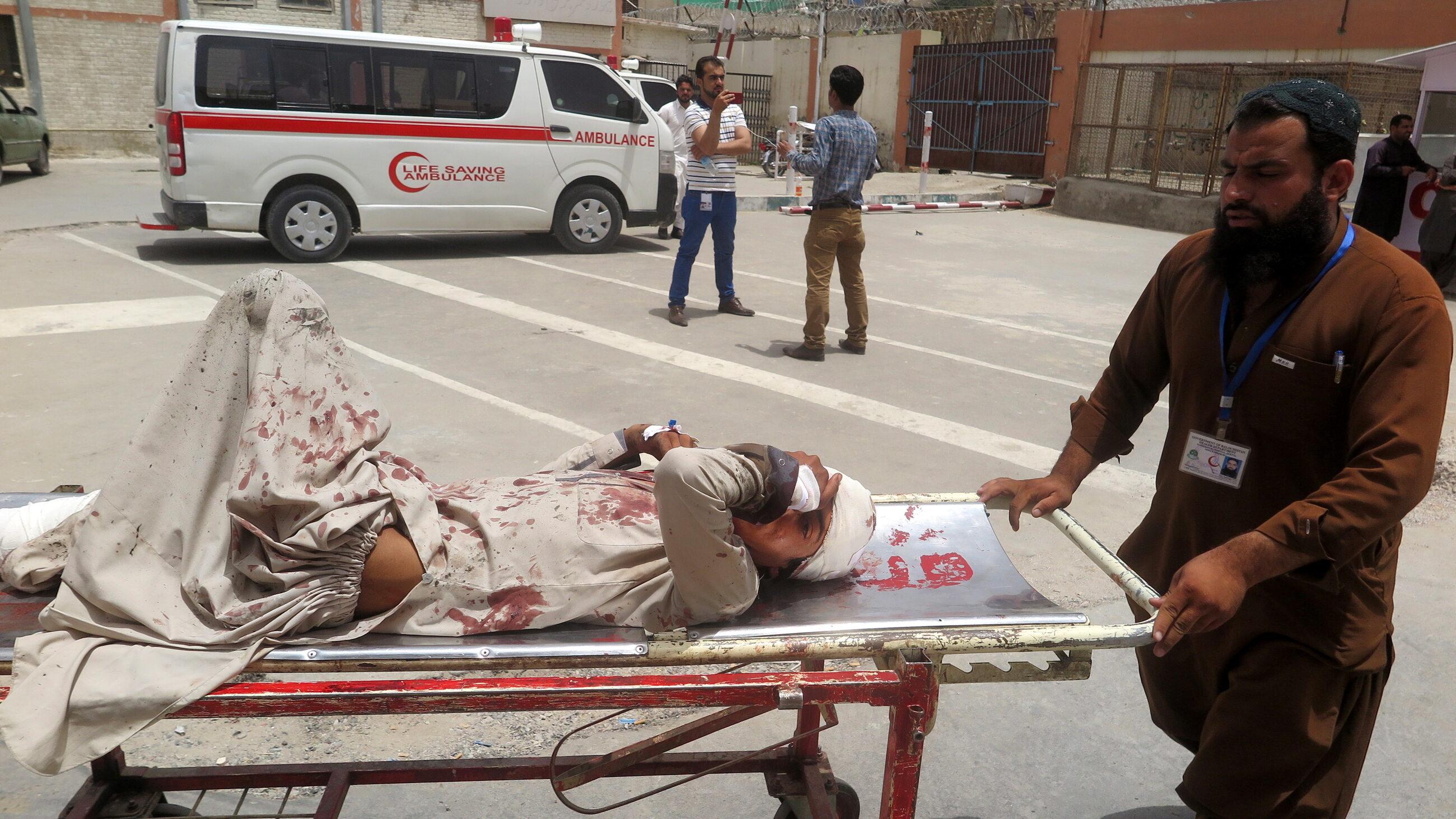 Zamachowiec samobójca wysadził się przed lokalem wyborczym w Quetta, zabijając co najmniej 31 osób.