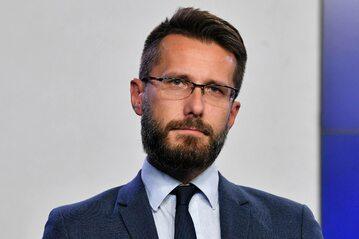 Zastępca rzecznika prasowego Prawa i Sprawiedliwości Radosław Fogiel podczas konferencji prasowej