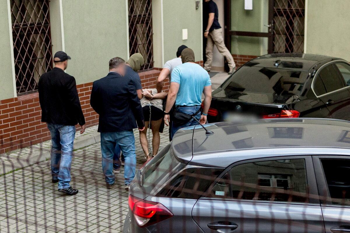 Zatrzymany mężczyzna doprowadzany na przesłuchanie w prokuraturze w Świdnicy