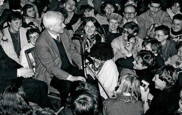 Zbigniew Herbert w kościele na spotkaniu z młodzieżą w latach 80.