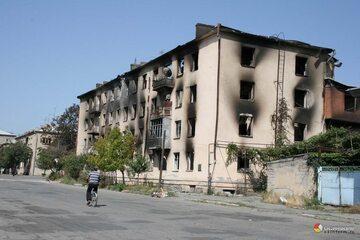 Zbombardowany przez Gruzinów budynek w Cchinwali, Osetia Południowa