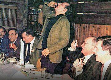 Zdjęcia opozycjonistów pijących wódkę w towarzystwie ludzi PZPR nie pochodzą z negocjacji w Magdalence. Dowód jest prosty – w Magdalence nie było Adama Michnika