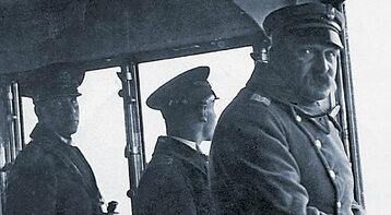 """Zdjęcie z mostku kapitańskiego """"Wichra"""" w czasie powrotu z Piłsudskim z Madery. Pierwszy z lewej: Józef Woźnicki, dziadek Piotra Semki ze strony mamy"""